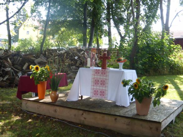 Der Altar für den Freiluftgottesdienst auf einem Podest im Garten des Bonhoeffer-Hauses.